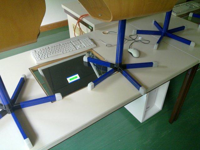 Von Helmut Peer zersägter Tisch mit einebautem PC