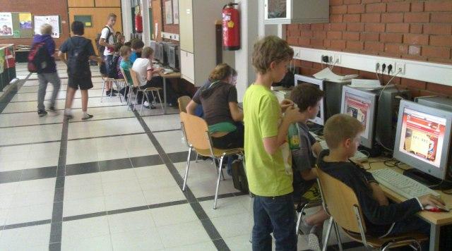 """""""öffentliche"""" Linux-PC's im Schulgebäude im BG Weiz."""